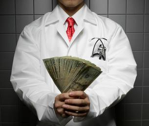Doctor Holding US Dollarsの写真素材 [FYI02960839]