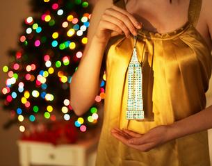 Woman Holding Christmas Decorationの写真素材 [FYI02960851]