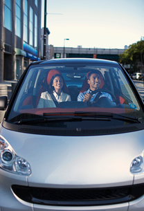 Mid-Adult Couple Driving Smart Carの写真素材 [FYI02960865]