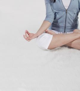 Woman Doing Yogaの写真素材 [FYI02960913]