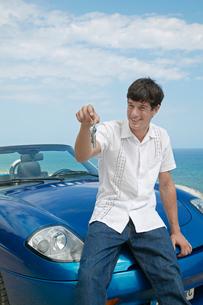 Man Holding Car Keysの写真素材 [FYI02960929]