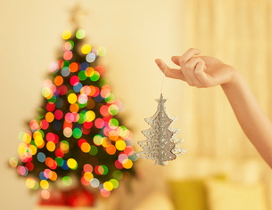 Hand Holding Christmas Decorationの写真素材 [FYI02960935]