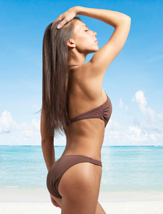 Young Woman Posing in Bikiniの写真素材 [FYI02960937]
