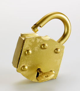 Key in Golden Padlockの写真素材 [FYI02960957]