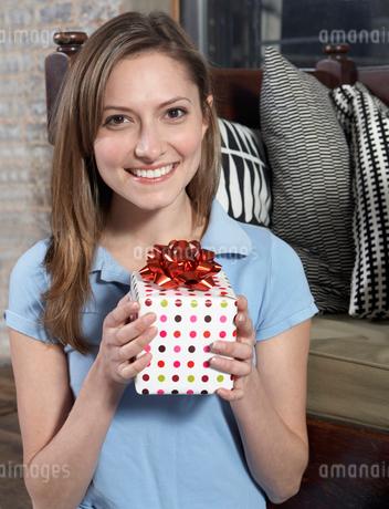 Woman Holding Presentの写真素材 [FYI02960996]