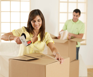 Mid-Adult Couple Packing Cardboard Boxesの写真素材 [FYI02961026]