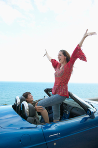 Carefree Couple in Convertibleの写真素材 [FYI02961027]