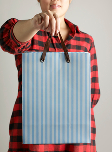 Woman Holding Shopping Bagの写真素材 [FYI02961034]