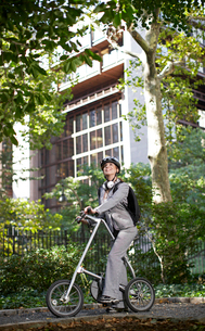 Businesswoman Commuting by Bicycleの写真素材 [FYI02961041]