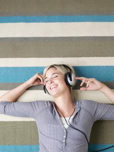Young Woman Listening to Headphonesの写真素材 [FYI02961068]
