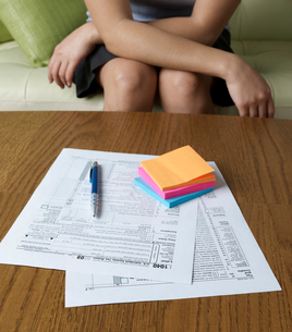 Woman Filling Tax Formsの写真素材 [FYI02961099]