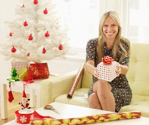 Woman Holding Christmas Presentの写真素材 [FYI02961110]