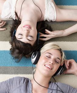 Two Young Women Listening to Headphonesの写真素材 [FYI02961125]