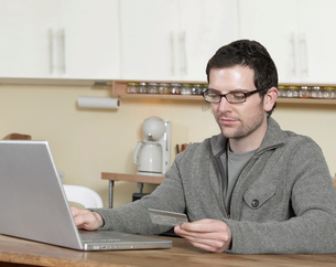 Man Shopping Onlineの写真素材 [FYI02961128]