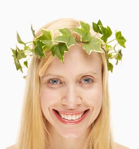Blond Woman Wearing Wreathの写真素材 [FYI02961181]