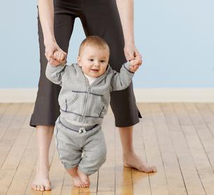 Baby Boy Learning to Walkの写真素材 [FYI02961212]