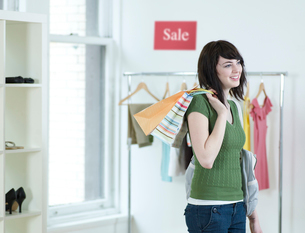 Young Woman Shopping in Clothes Storeの写真素材 [FYI02961253]