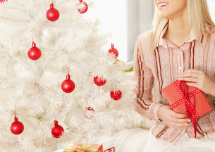 Close-Up of Woman with Christmas Presentの写真素材 [FYI02961273]