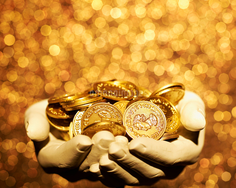 Gold Coins on Hand Sculptureの写真素材 [FYI02961275]