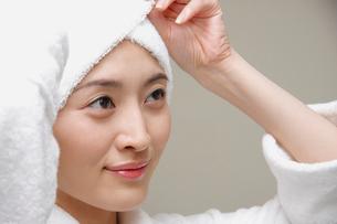 頭にタオルを巻く女性の写真素材 [FYI02961277]