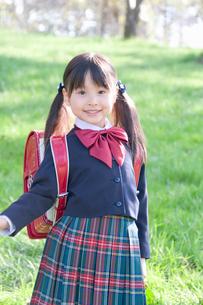 ランドセルを背負った笑顔の新入学生の写真素材 [FYI02961286]