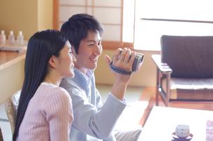記念撮影をするカップルの写真素材 [FYI02961311]