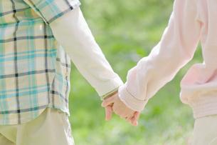 手を繋ぐ男の子と女の子の写真素材 [FYI02961315]