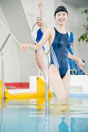 プールに入る女性の写真素材 [FYI02961345]