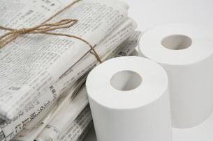 古新聞とトイレットペーパーの写真素材 [FYI02961362]