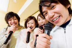 カラオケで歌う若者たちの写真素材 [FYI02961383]