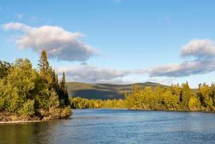 River landscape, Tarraatno river, Kvikkjokk, Laponiaの写真素材 [FYI02961406]
