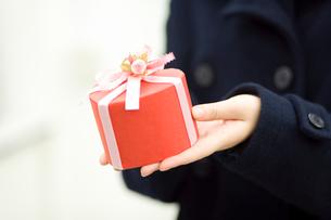 プレゼントを持つ女の子の手の写真素材 [FYI02961444]
