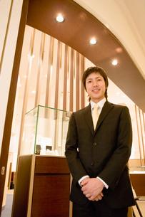 宝石店の男性店員の写真素材 [FYI02961518]