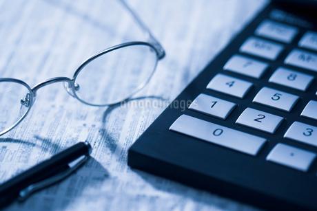 計算機とメガネの写真素材 [FYI02961600]