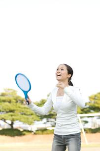 バドミントンをする女性の写真素材 [FYI02961605]