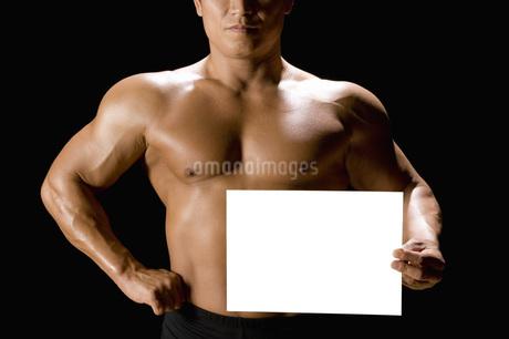 カードを持つたくましい男性の写真素材 [FYI02961619]