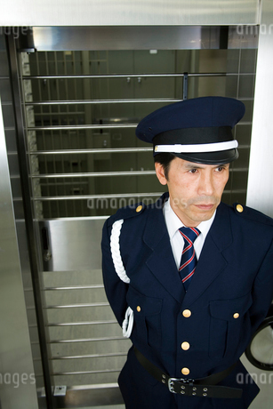 警備中の男性警備員の写真素材 [FYI02961645]