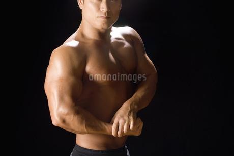 筋肉質の日本人男性の写真素材 [FYI02961719]