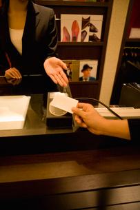 カードで支払いをする客の写真素材 [FYI02961861]
