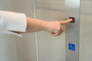 エレベーターのボタンを押す手の写真素材 [FYI02961882]