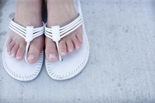 ビーチサンダルを履いた女性の足の写真素材 [FYI02961899]