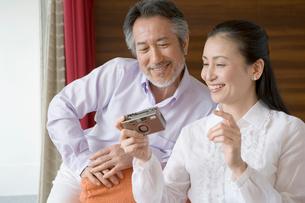 カメラを手に笑顔の夫婦の写真素材 [FYI02961912]