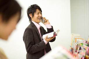 コンビニで電話をする男性の写真素材 [FYI02961940]