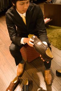 革靴を選ぶ男性の写真素材 [FYI02961942]