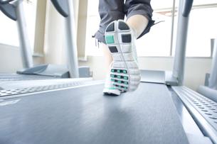 トレーニングをする女性の足元の写真素材 [FYI02961955]