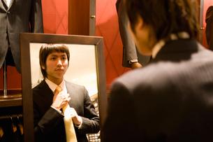ネクタイを選ぶ男性の写真素材 [FYI02962002]