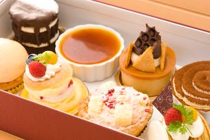 テイクアウトBOXに入ったケーキの写真素材 [FYI02962004]