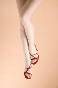 赤いハイヒールの足元の写真素材 [FYI02962057]