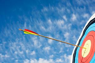 Arrow in bullseye of targetの写真素材 [FYI02962207]