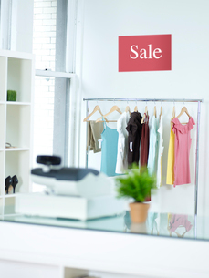 Sale Sign Above Clothes Railの写真素材 [FYI02962397]